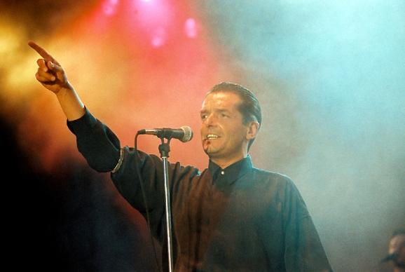 """""""Falco - Donauinsel Live (1993)"""", Vor 18 Jahren spielte Falco vor über 100.000 Zusehern auf dem Wiener Donauinselfest. Dieses legendäre Konzert zählt bis heute zu den absoluten Highlights in der 25jährigen Geschichte des Donauinselfestes und wurde nun noch einmal komplett überarbeitet und neu geschnitten. Der Konzert-Mitschnitt wartet somit mit bislang ungesehenen Kamera-Einstellungen auf und erreicht mehr atmosphärische Dichte als je zuvor. Die orf.music.night zeigt die Highlights dieses Konzertes, unter anderen mit den Falco-Hits """"Junge Römer"""", """"Vienna Calling"""" und """"Jeanny"""".Im Bild: Falco. SENDUNG: 3sat - MI - 02.11.2011 - 21:25 UHR. - Veroeffentlichung fuer Pressezwecke honorarfrei ausschliesslich im Zusammenhang mit oben genannter Sendung oder Veranstaltung des ORF bei Urhebernennung. Foto: ORF/Johannes Cizek. Anderweitige Verwendung honorarpflichtig und nur nach schriftlicher Genehmigung der ORF-Fotoredaktion. Copyright: ORF, Wuerzburggasse 30, A-1136 Wien, Tel. +43-(0)1-87878-13606"""